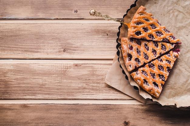 Delicioso pastel en un plato para hornear