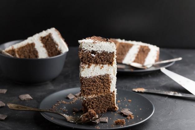 Delicioso pastel en plato negro