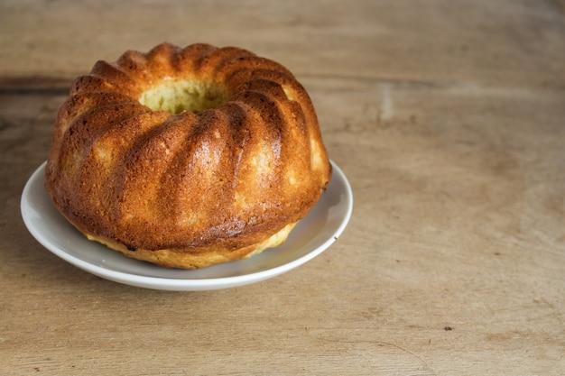 Delicioso pastel en un plato