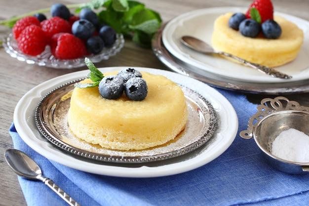 Delicioso pastel de pudín de limón servido con bayas