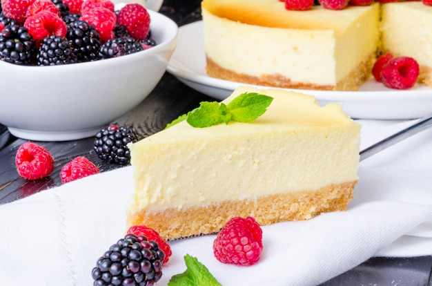 Delicioso pastel de queso con frambuesas y moras. tarta de queso tradicional de nueva york. cocina americana.