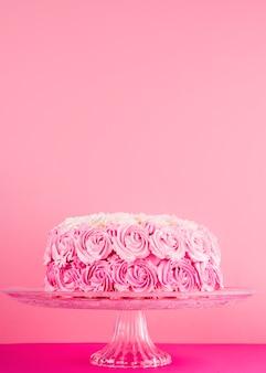 Delicioso pastel rosa con rosas