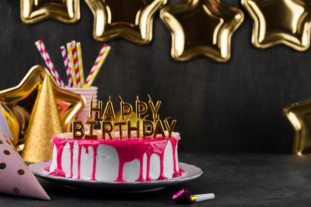 Delicioso pastel con surtido de velas.