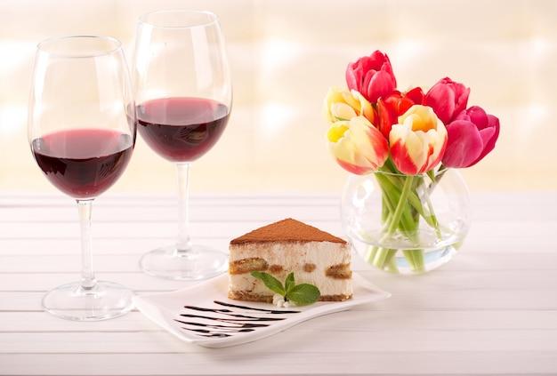 Delicioso pastel de tiramisú y flores de tulbpan como regalo