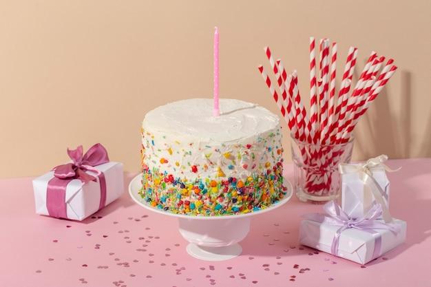 Delicioso pastel con vela alto ángulo