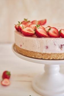 Delicioso pastel de yogur helado con fondo de galleta y fresas