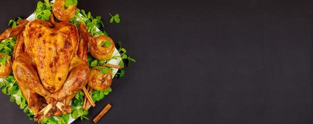 Delicioso pavo asado de acción de gracias adornado con manzanas acarameladas. vista superior.