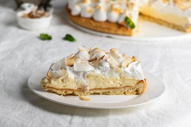 Delicioso pedazo de pastel en un plato