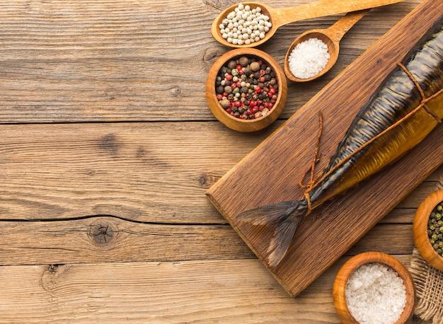 Delicioso pescado ahumado en tablero de madera