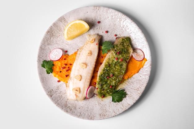 Delicioso pescado cocido y marisco plano.