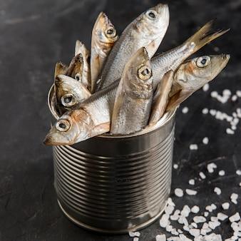 Delicioso pescado fresco y sal marina.