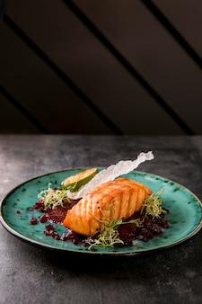 Delicioso pescado salmón cocido