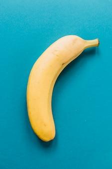 Delicioso plátano en fondo azul