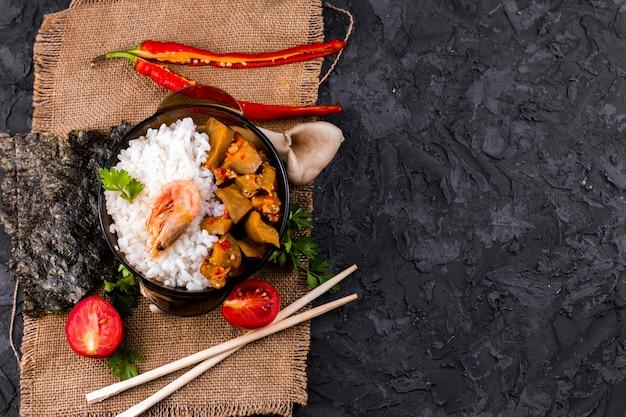 Delicioso plato asiático de arroz y camarones con espacio de copia