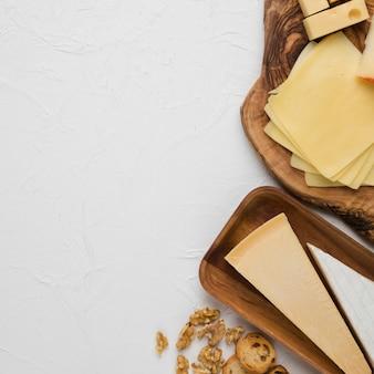 Delicioso plato de queso con rebanada de pan y nuez