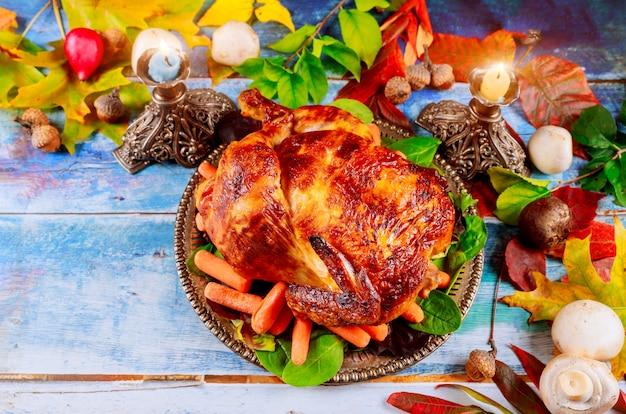 Delicioso pollo al horno en el restaurante de acción de gracias para servir el primer plano de la mesa