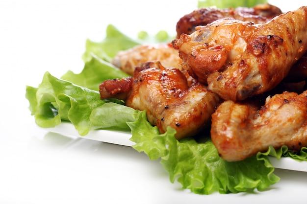 Delicioso pollo frito en el plato