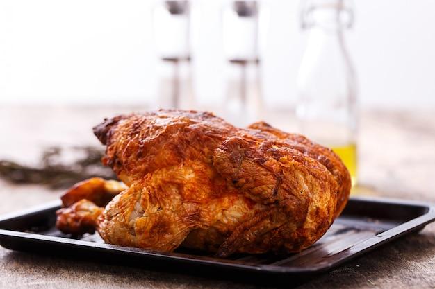 Delicioso pollo en la mesa