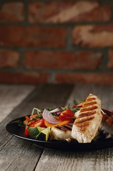 Delicioso pollo a la plancha con verduras para cenar