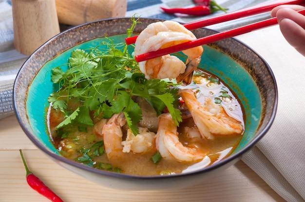 Delicioso y popular tom yam con mariscos. cocina asiática