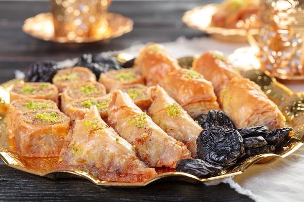 Delicioso postre baklava en ambiente dorado oriental