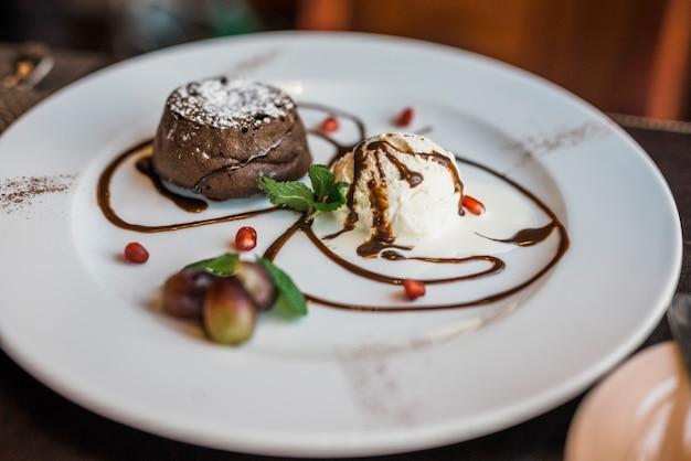 Delicioso postre de chocolate fresco en el restaurante.