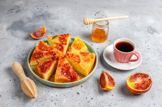 Delicioso postre francés tarta tatin con naranja sanguina