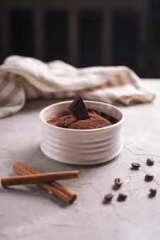 Delicioso postre con granos de café y canela.