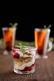 Delicioso postre de tiramisú con cereza y té cítrico