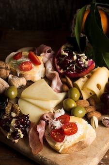 Delicioso queso con composición de tomates en la mesa