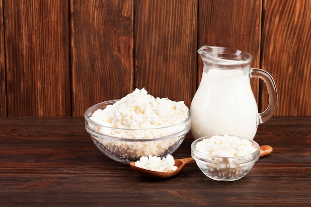 Delicioso queso y leche en jarra.
