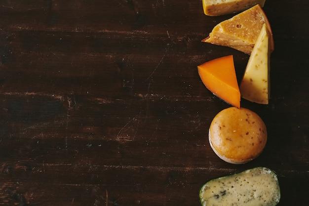 Delicioso queso sobre la mesa