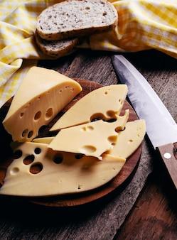 Delicioso queso sobre tabla de madera
