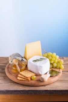 Delicioso queso y uvas en una mesa