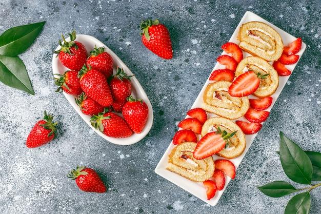 Delicioso rollo de tarta de fresas con fresas frescas