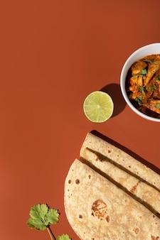 Delicioso roti indio con espacio de copia