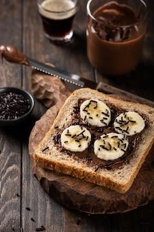 Delicioso sándwich abierto con chocolate y plátano.