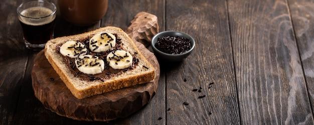 Delicioso sandwich abierto con chocolate y plátano