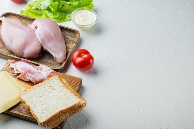 Delicioso sándwich con ingredientes de pan tostado, sobre fondo blanco con espacio para copiar texto