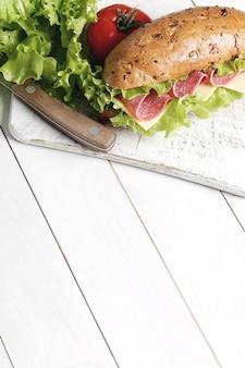 Delicioso sandwich con ingredientes