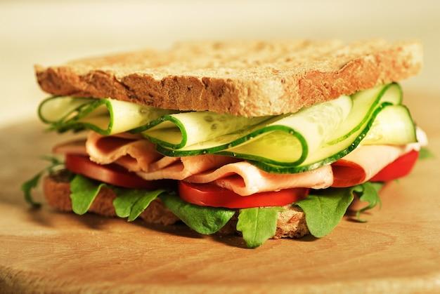 Delicioso sándwich integral con ensalada verde