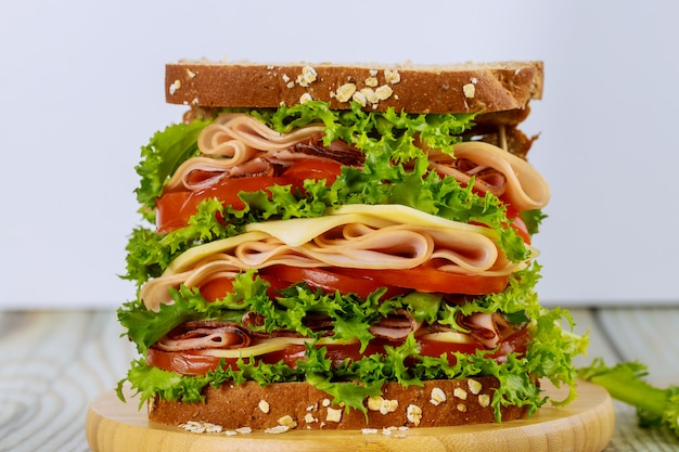 Delicioso sandwich con jamón y verduras