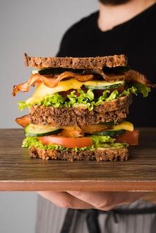 Delicioso sandwich con tocino y verduras