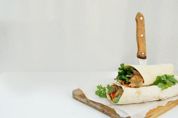 Delicioso shawarma sandwich kebab en blanco