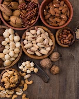 Delicioso snack de frutos secos orgánicos en tazones