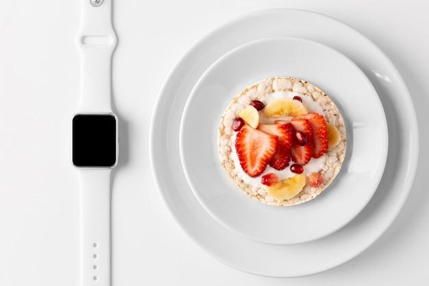 Delicioso snack saludable y reloj inteligente.