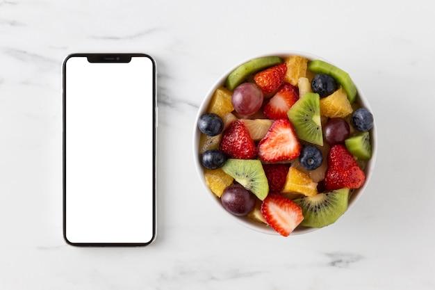 Delicioso snack saludable y teléfono móvil.
