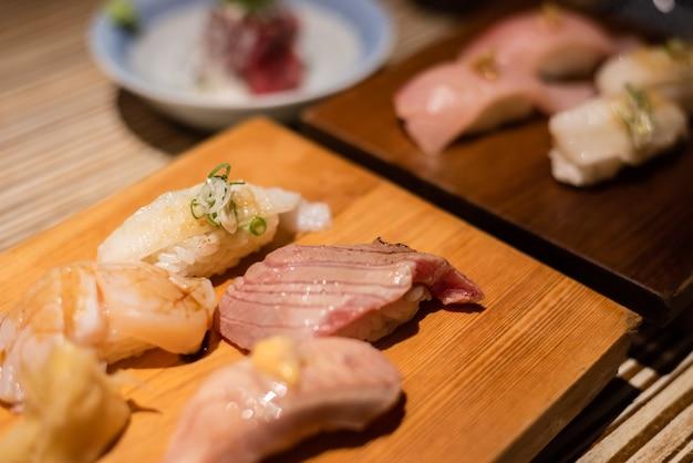 Delicioso sushi japonés en un plato en el restaurante