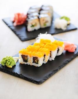 Delicioso sushi servido sobre la mesa