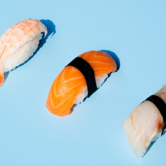 Delicioso sushi sobre fondo azul.